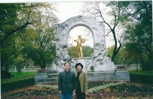 ヨハンストラウスの墓の前で