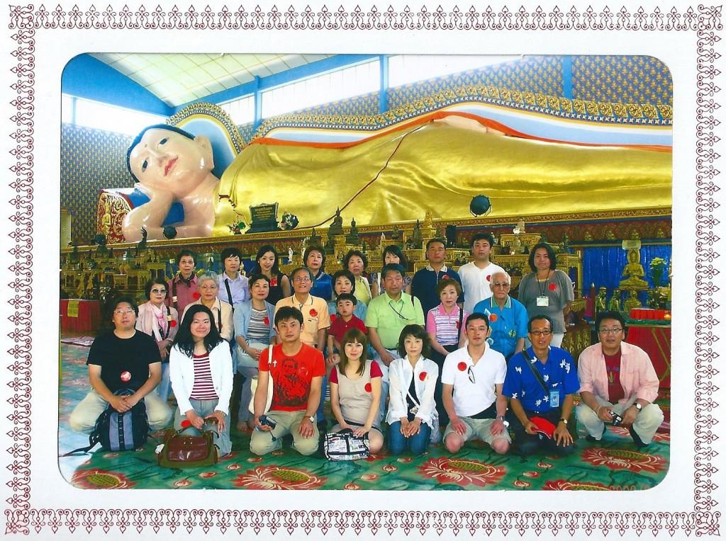 涅槃仏の前で集合写真 足の裏には文様がある