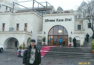 ギョレメカヤホテルの前で洞窟ホテル