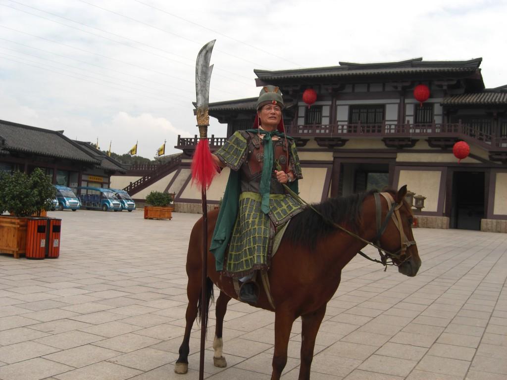 三国の関羽の気分に 衣装が重いので、一人で馬に乗れない。