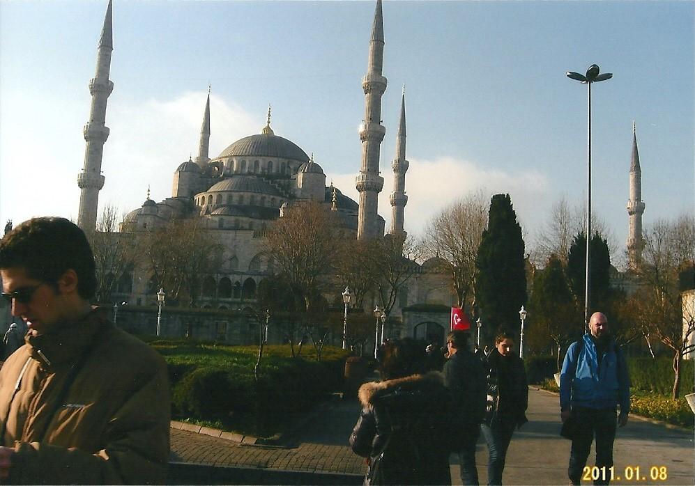 イスタンブールブルーモスクブルーのタイルが印象的イスラム教の寺院『スルタンアフメットジャミィ』は、 通称『ブルーモスク』と呼ばれている。世界一美しい寺院