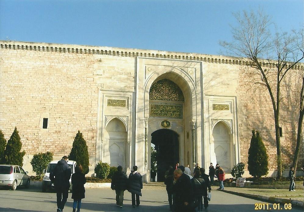 トプカプ宮殿(Topkapı Sarayı)15世紀中頃から19世紀中頃までオスマン帝国の君主が居住した宮殿。イスタンブル旧市街のある半島の先端部分、三方をボスポラス海峡とマルマラ海、金角湾に囲まれた丘に位置する。宮殿はよく保存修復され、現在は博物館として公開されている。