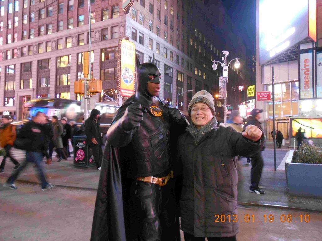 タイムズスクウェアでbatmanと写真を撮る。 足が長くてカッコ良い。