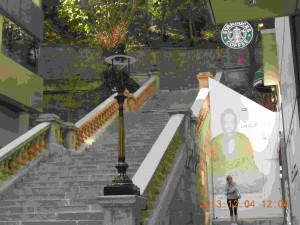 アイス・ハウスストリート(雪廠街)の 突き当たりにあるガス灯は、今でも点灯。 ガス灯が照らす御影石の階段は、 映画 やテレビドラマのロケ地として 頻繁に登場する有名な撮影スポット。 香港法定古跡に指定。 スターバックスもある