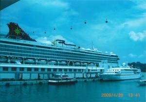 シンガポールに停泊中のスターバーゴ号これでマレーシアとタイに行く船内はカジノがある