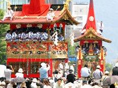 京都の祇園祭は優雅で博多の荒々しい山笠とは雰囲気が異なる。