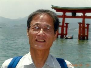 厳島神社の鳥居の前で
