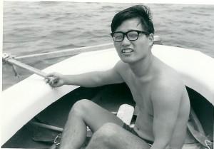 ヨットの舵(ラダー)を持ってのんびりしている 朝海に出ると夕方まで陸に戻らない 一日中海の上にいた 弁当は海の上で食べる