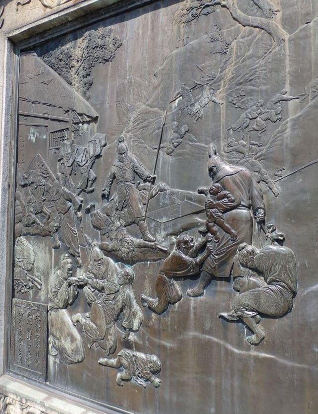 元寇の古戦場である東公園の敷地内に日蓮聖人の銅像の下にある