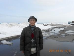 オホーツク海の流氷を背景に