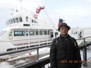 オホーツク海の流氷砕氷船おーろら号を背景に