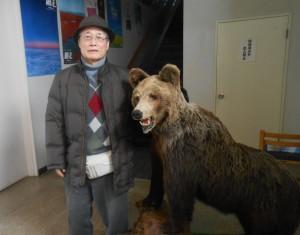 熊の置物と一緒に